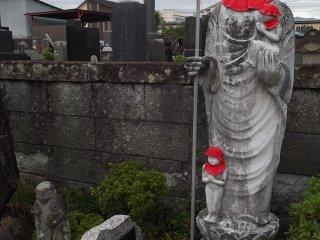 Patung yang ada ketika pengunjung melewati pemakaman