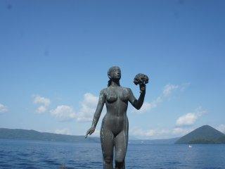 Ada sebuah patung wanita cantik, kira-kira ada sejarahnya gak ya?