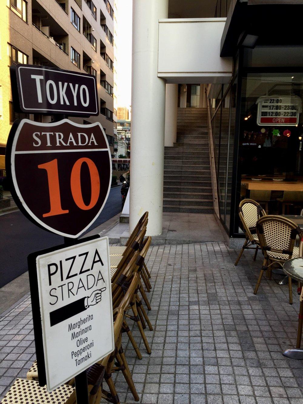 В будние дни пиццерия открывается в 5 вечера, а по выходным - в 12 дня