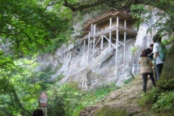 Đền Sanbutsu cheo leo trên vách núi Mitoku