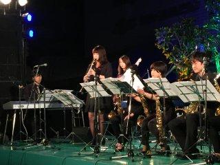 Во многих мелодиях использовались пианино и флейта