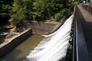 Bendungan Aoshita #1 yang unik karena desain air terjun putihnya.