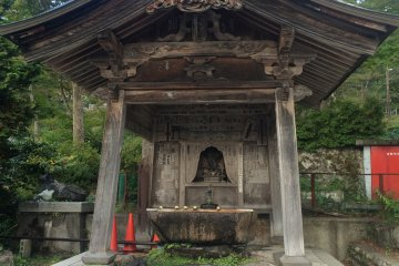 <p>A place to cleanse your hands and rinse out your mouth before entering the temple</p>