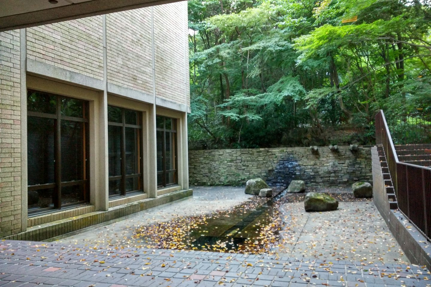 An inner courtyard on the ground floor of the Museum of Graphic Arts