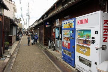 <p>Always a vending machine! And here the new and old contrast is charming</p>