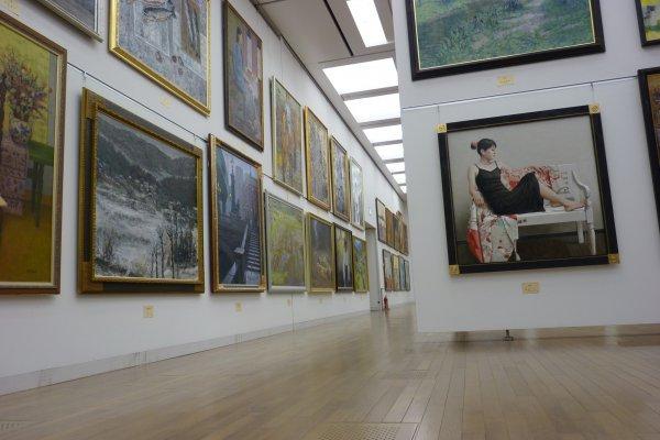 De larges et profondes allées pour exposer un nombre gigantesque de peintures