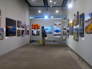 Ruang besar ini diubah secara rutin, dengan beragam pameran ditampilkan.