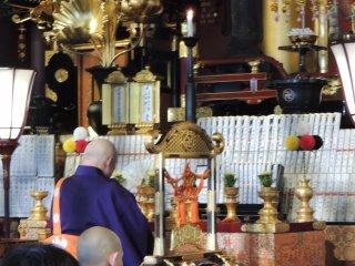 Les moines Bouddhistes au sein du temple Sensō-ji