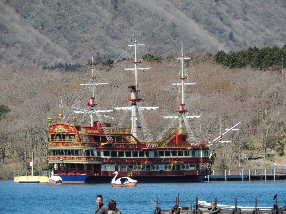 Un autre style de bateau (pirate celui-ci), il y a aussi des pédalos (entre autre en forme de cygne)