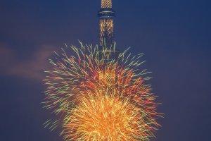 Kebang api berpendar dalam aneka warna di depan Tokyo Skytree