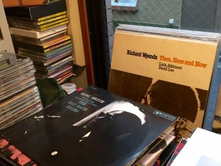 Коллекция дисков и пластинок хозяина джаз-кафе