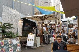 덮밥 가게에서는 소시지와 꼬치류도 팔고 있었다.