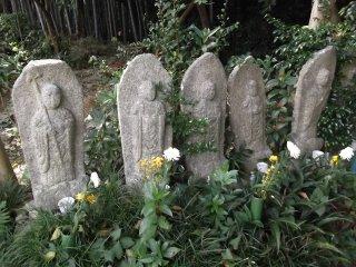 Ряд статуй на пути в святилище