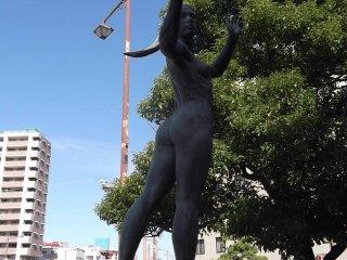 Patung-patung lebih klasik di sekitar persimpangan