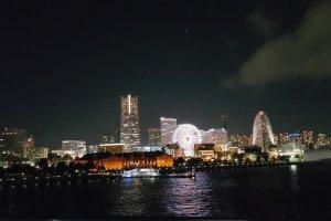 어둠이 내리자 불을 밝힌 미나토미라이의 빌딩과 아카렌가 창고..