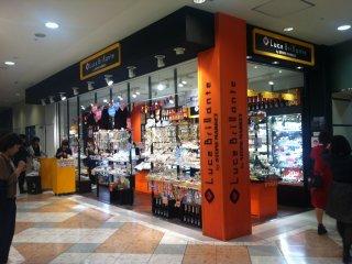 ร้านค้าแต่งสีส้มดำกันหมด