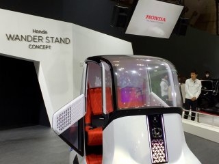 Автомобиль-стенд для двух пассажиров с джойстиком для управления