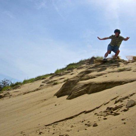 Kegiatan Seluncur Pasir dan Paralayang