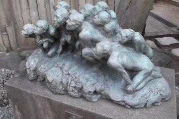 <p>Скульптура у входа</p>