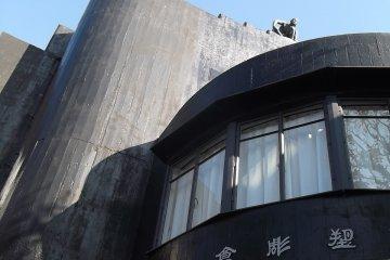 <p>Здание имеет интересный дизайн</p>