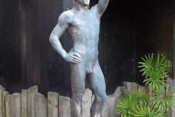 <p>Это парень приветствует вас на входе</p>