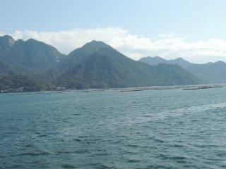 L'île est constituée d'une épaisse forêt. Il y a deschemins et sentiers qui sillonnent l'île.Un téléphérique permet d'accéder au point culminant : le mont Misen d'une altitude de 530 mètres