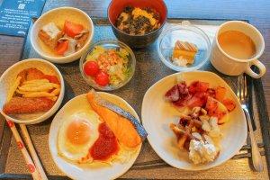 อาหารเช้าแบบบุฟเฟ่ต์มีอาหารให้เลือกหลากหลายชนิด