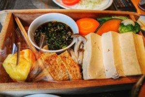 Le repas à base de tofu et de légumes cuits à la vapeur