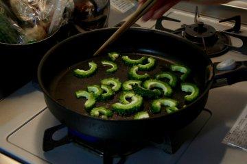 <p>Frying the goya</p>