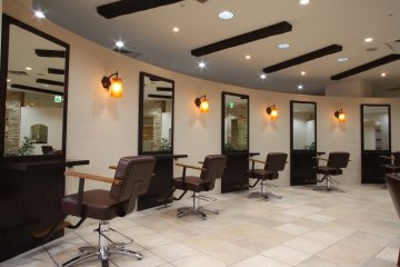 <p>The salon offers a spacious and relaxing environment</p>
