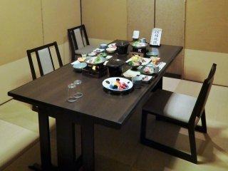 Makan malam kita disajikan dengan meja dan kursi biasa