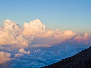 ظل جبل فوجي بين السحاب.