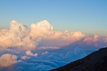 <p>Kagefuji in the evening while climbing: Mount Fuji&#39;s shadow on the clouds</p>