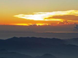Une lumière changeante annonce l'apparition imminente du soleil