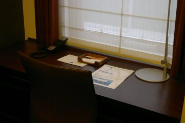 <p>A big working desk, suits well with business travelers with a lot of working necessities</p>