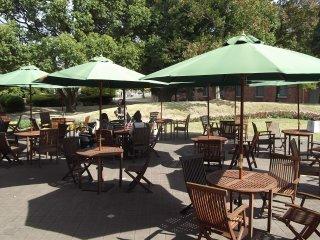 Những chiếc bàn bên ngoài quán cafe