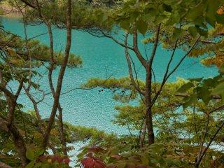 Un étang turquoise