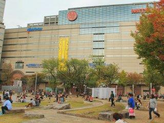 Кэго парк находится рядом с Мицукоси, здесь есть много места, где можно присесть и отдохнуть