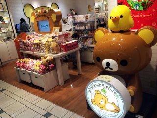 Anda akan disambut oleh Rilakkuma yang besar ketika memasuki toko