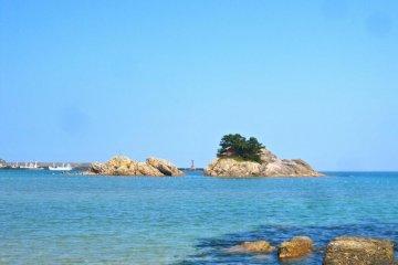 Uradome Miyajima Island, beach goers are welcome to swim out to it
