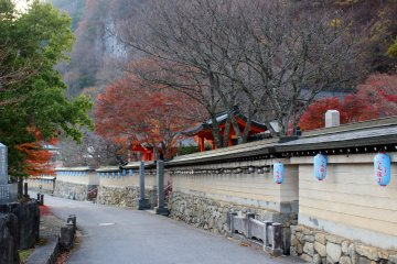 <p>The wall and road outside Ryusenji Temple</p>