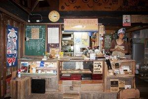 คุณชิบะ (Shiba) เจ้าของร้าน โอยะโอยะ คาเฟ่ มอนเปมารุเกะ (Oyaoya Café Monpemaruke) ที่คอยทั้งต้อนรับลูกค้าและทำอาหารเครื่องดื่มเองรวมถึงเสิร์ฟเองคนเดียวในร้าน