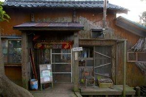 ด้านหน้าโอยะโอยะ คาเฟ่ มอนเปมารุเกะ (Oyaoya Café Monpemaruke) ที่อาจดูรกและเก่าเหมือนบ้านร้างไปสักนิด แต่พอเข้ามาด้านในกลายเป็นคาเฟ่อบอุ่นน่ารักทีเดียว