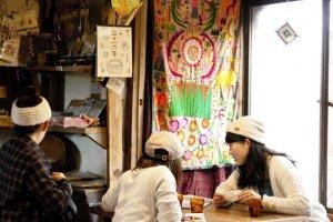 มุมนี้ในโอยะโอยะ คาเฟ่ มอนเปมารุเกะ (Oyaoya Café Monpemaruke) เป็นกลิ่นอายอินดี้หน่อยๆ แต่น่านั่งนั่งชิลล์