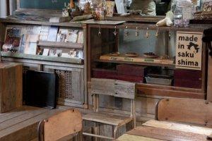 อีกมุมของโอยะโอยะ คาเฟ่ มอนเปมารุเกะ (Oyaoya Café Monpemaruke) ที่ชวนให้เรานึกถึงร้านขายของชำในอดีตสมัยเด็กๆ