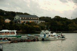 มินชวูกุ เรียวกัง ซาซานามิ (Minsyuku Ryokan SAZANAMI) เรียวกังที่ตั้งอยู่ริมทะเล เห็นวิวของอ่าวมิกาวะ (Mikawa bay) อย่างงดงามในทุกเวลา