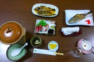 ไคเซกิน่าทานในตำรับดั้งเดิมของครอบครัวที่เสิร์ฟในเรียวกังมินชวูกุ เรียวกัง ซาซานามิ (Minsyuku Ryokan SAZANAMI)