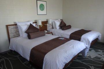 ห้องพักจะมีให้เลือกทั้งเตียงคู่หรือเตียงเดี่ยว
