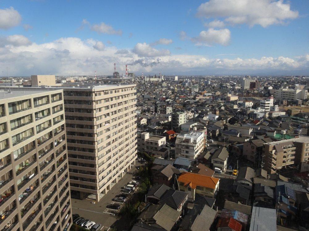 La vue sur la ville jusqu'aux montagnes couvertes de neige depuis le 15ème étage