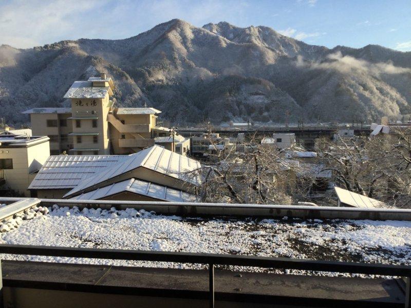 <p>วิวที่มองออกไปภายนอกระเบียงหน้าต่าง!!! ของ โรงแรมฟุทะบะ นิงาตะ (Futaba Niigata)</p>